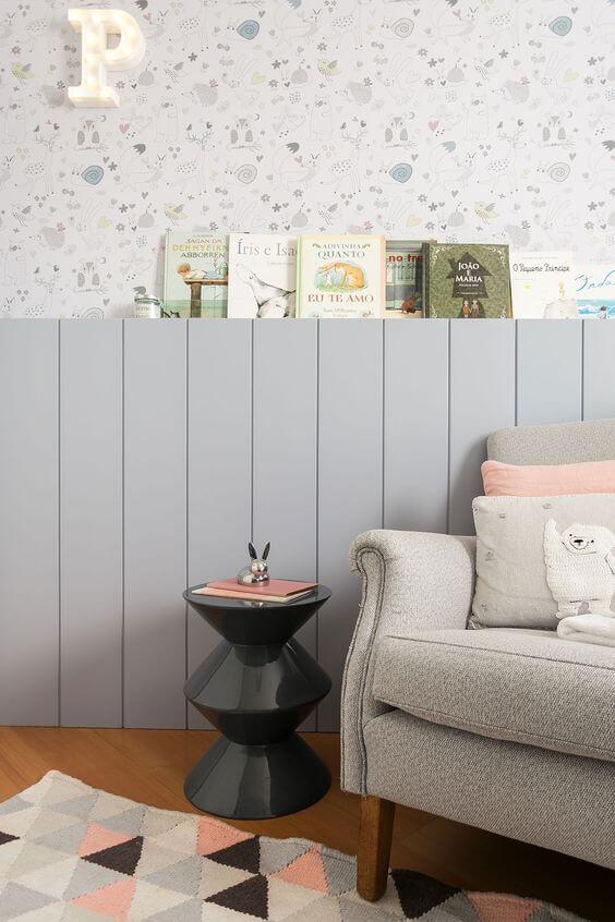 Paredes decoradas com papel de parede e livros infantis