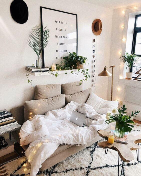 Paredes decoradas com plantas e quadros