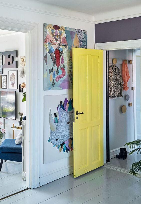 Paredes decoradas com porta amarela