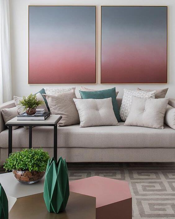 Paredes decoradas com quadros coloridos