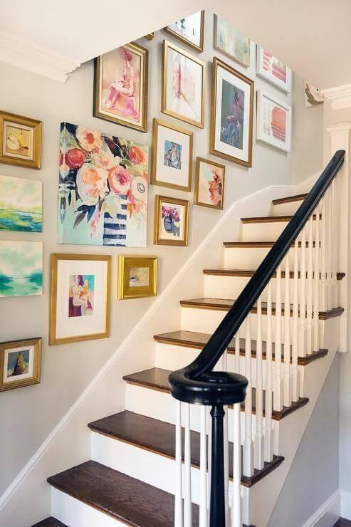 Paredes decoradas com quadros na escada