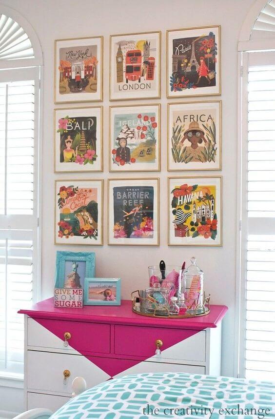 Paredes decoradas com quadros coloridos e cômoda pink e branca