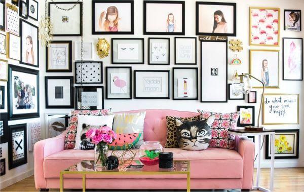 Sala de estar moderna decorada com quadros