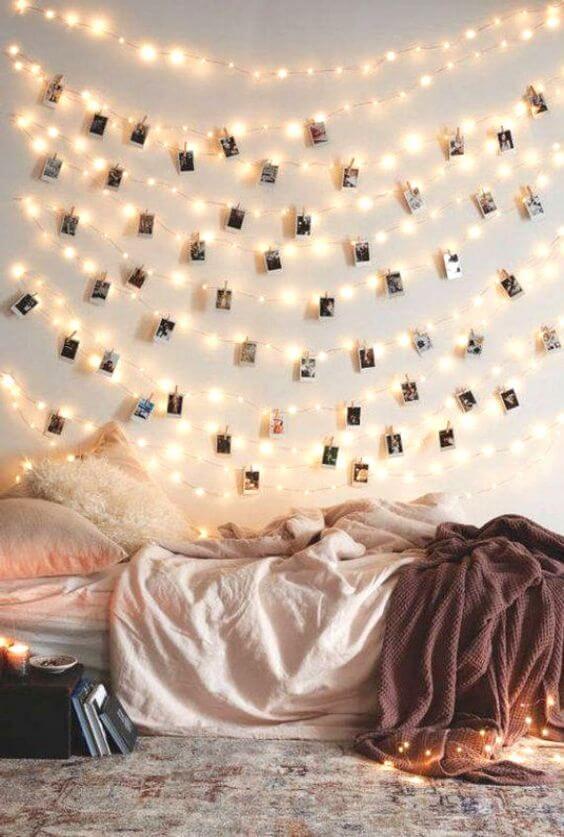 Paredes decoradas com luzes de led e fotos