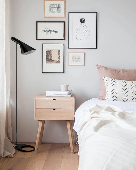 Paredes decoradas com quadros minimalistas e tinta off white