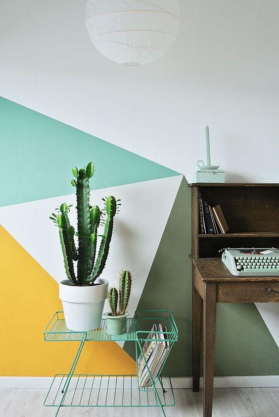 Paredes decoradas com triângulos com plantas