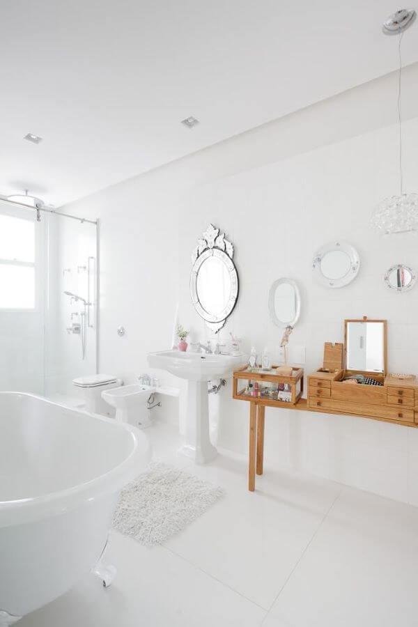 Piso para banheiro branco com penteadeira