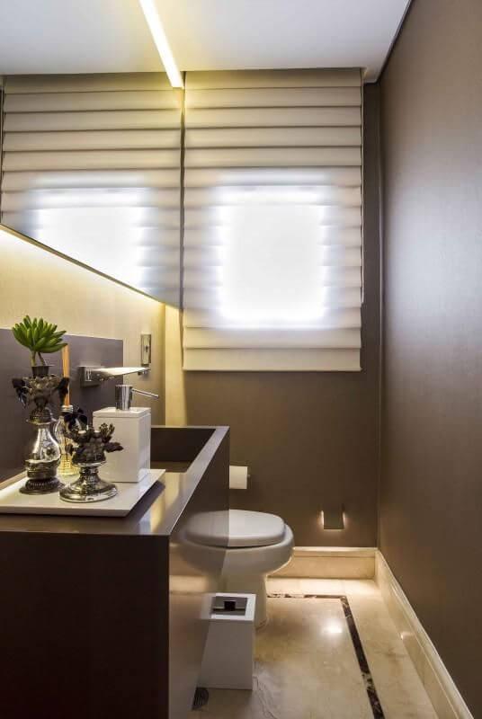 Piso para banheiro lavabo com persiana e espelho