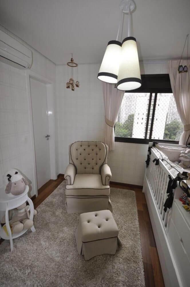 poltrona para quarto de bebê pequeno planejado