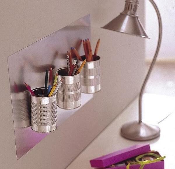 A lata de alumínio auxilia na organização de canetas e lápis
