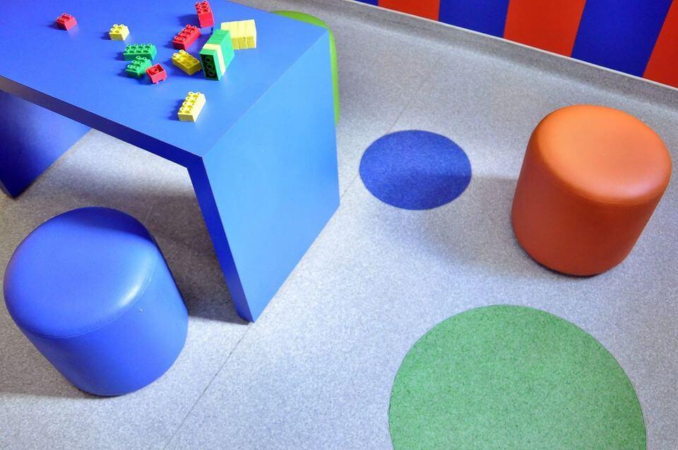 puff redondo - papel de parede com cores saturadas e puff redondo