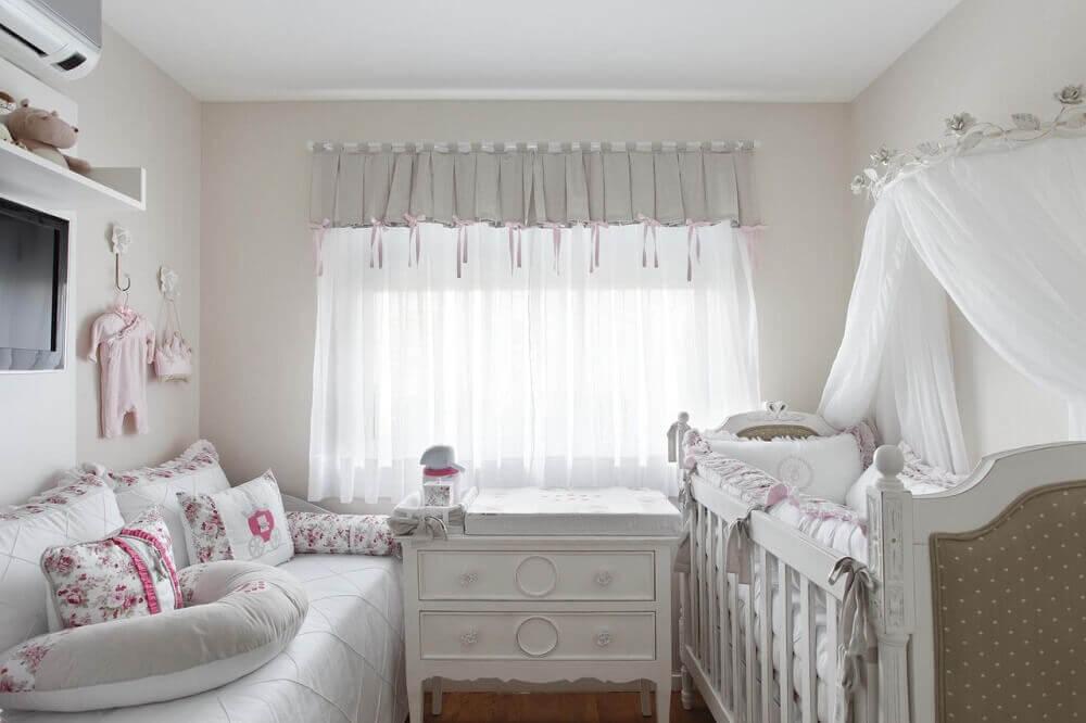 quarto de bebê pequeno branco decorado
