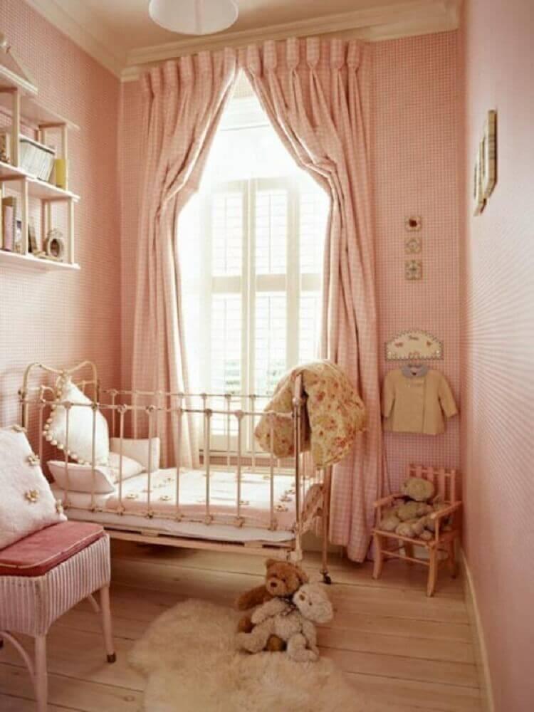 quarto de bebê pequeno com decoração em tons de rosa