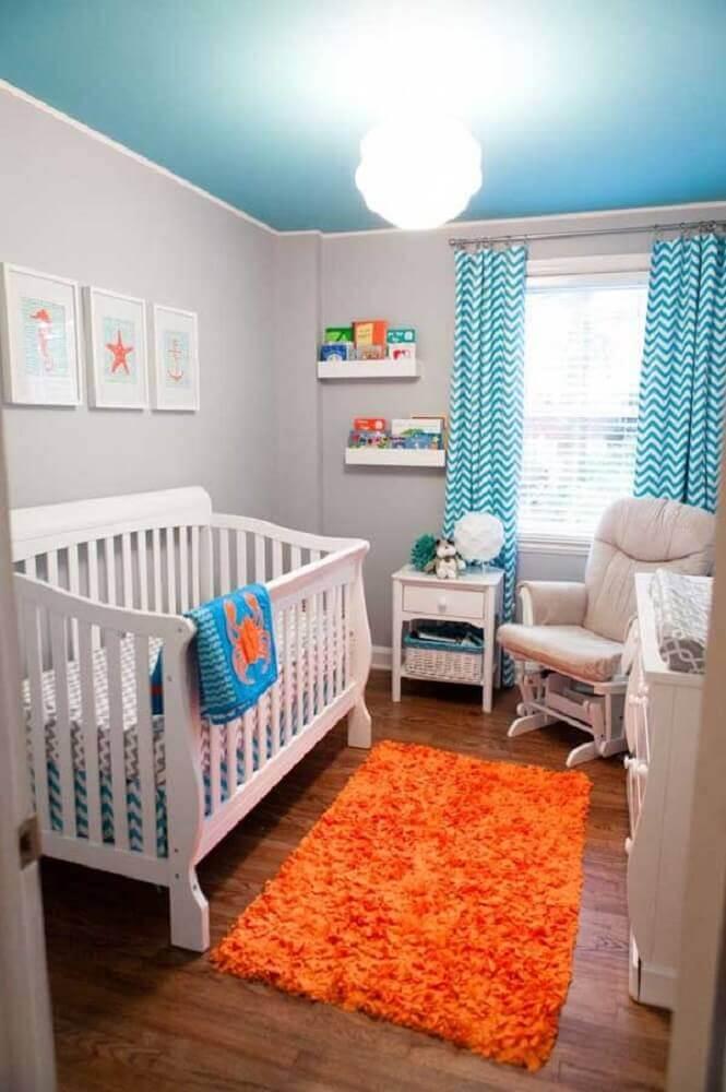 quarto de bebê pequeno decorado com tapete laranja
