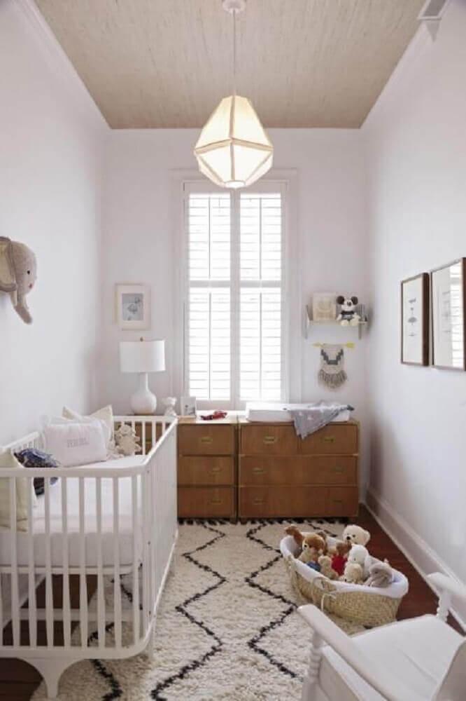quarto de bebê simples e pequeno com tapete branco e preto