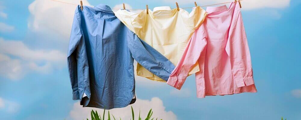 roupas coloridas estendidas no varal