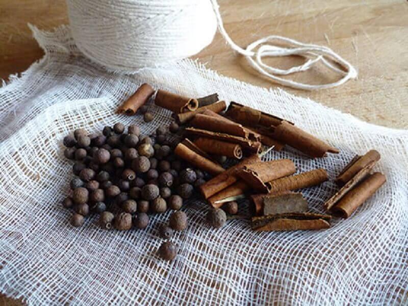 sachês com cravos e cedro para tirar cheiro de mofo