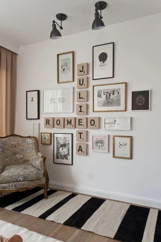 Sala com paredes decoradas com quadros