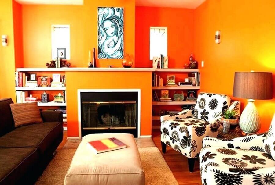 sala de estar decorada com parede laranja Foto Kreasi Karya Cipta