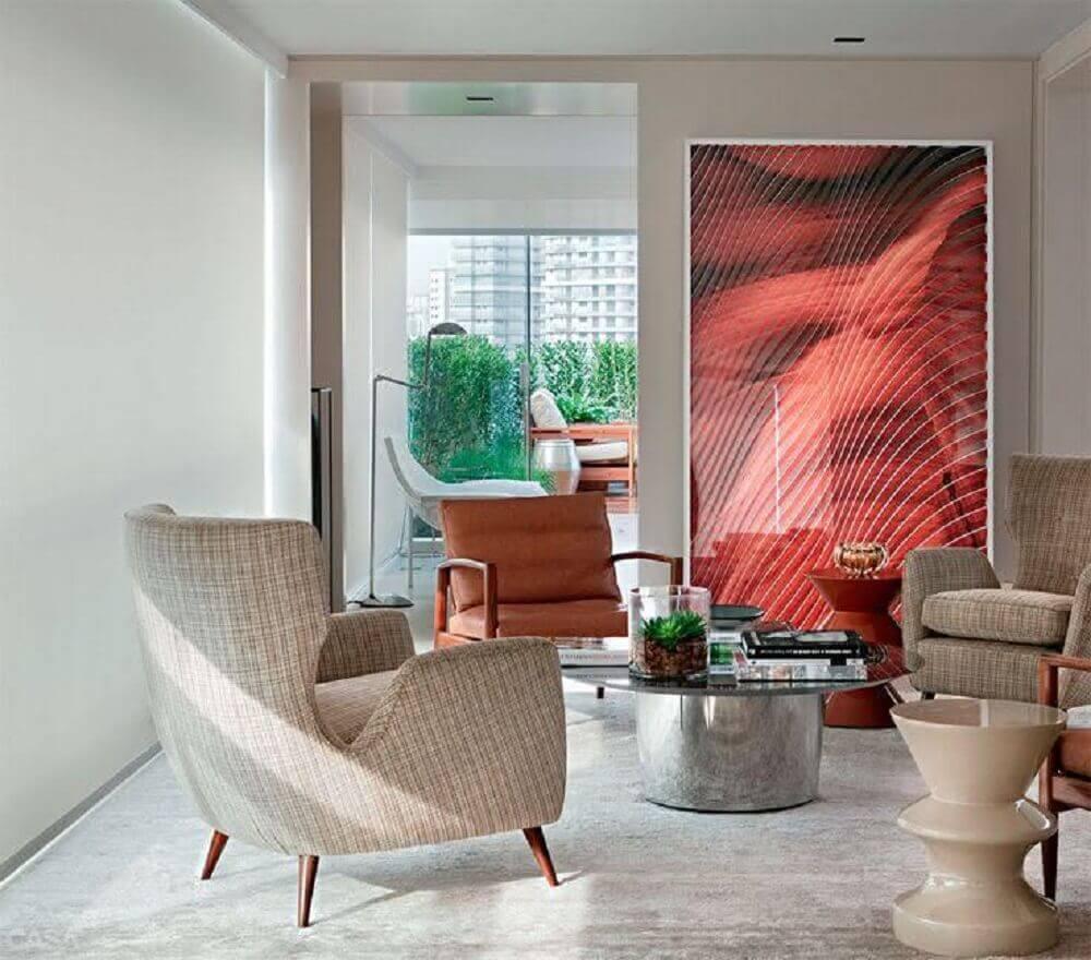 sala de estar decorada com tons neutros e quadro decorativo grande vermelho
