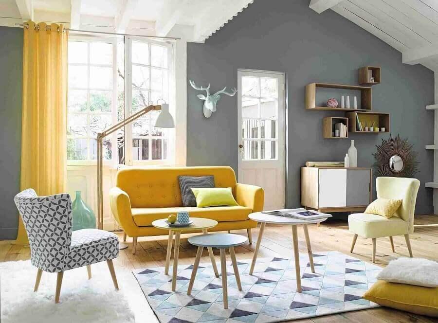 sala de estar decorada em cinza e amarelo Foto Élégant Armoire
