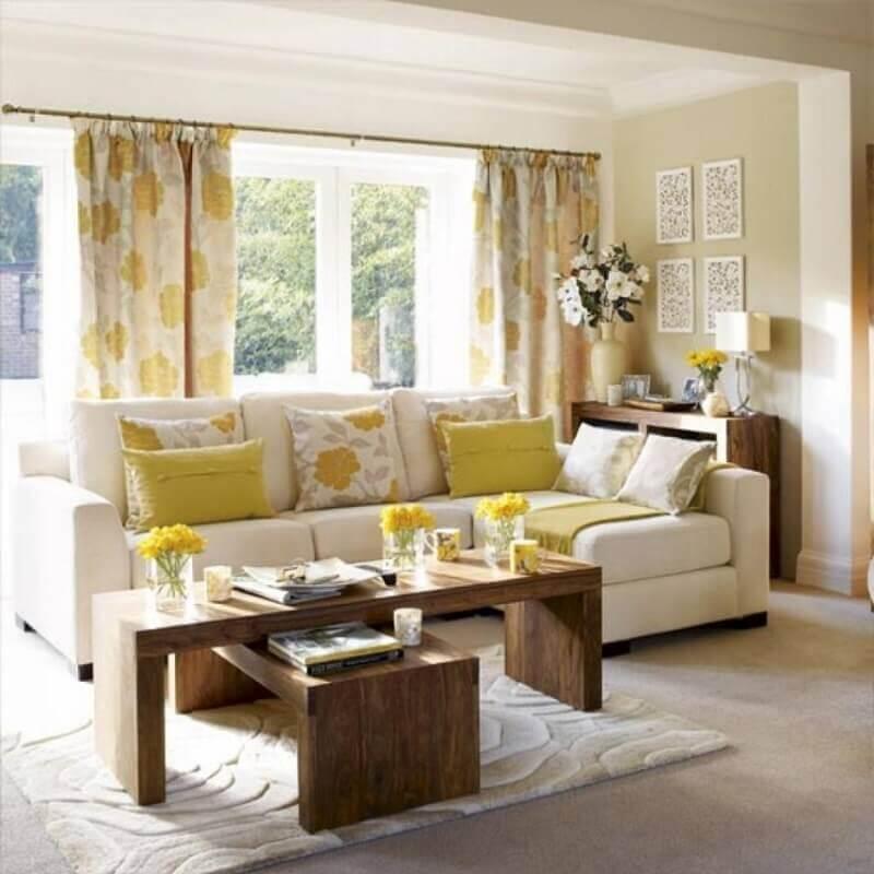 sala de estar decorada nas cores bege e amarelo