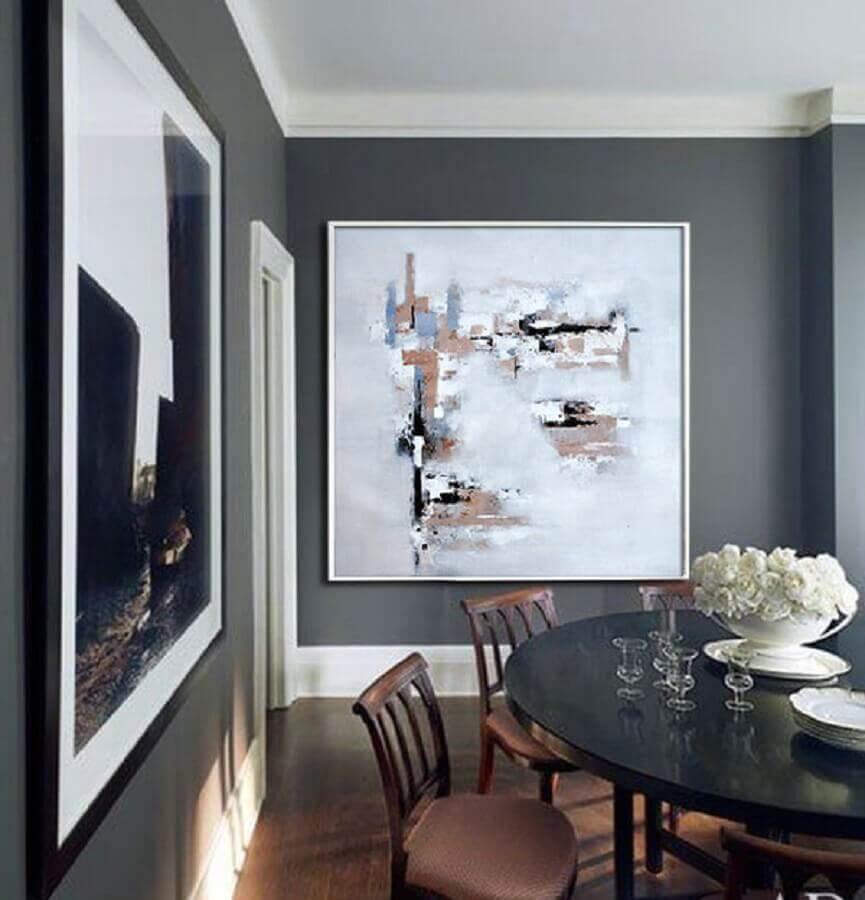 sala de jantar com quadros decorativos grandes