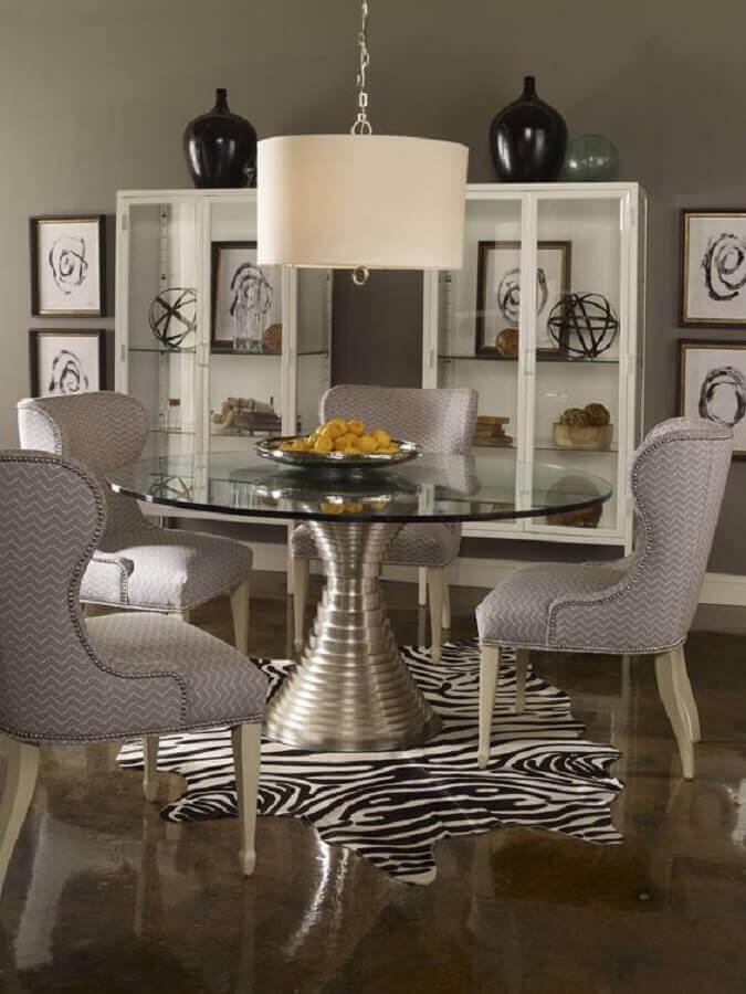 sala de jantar decorada com mesa redonda com tampo de vidro e base de metal moderna Foto Behance