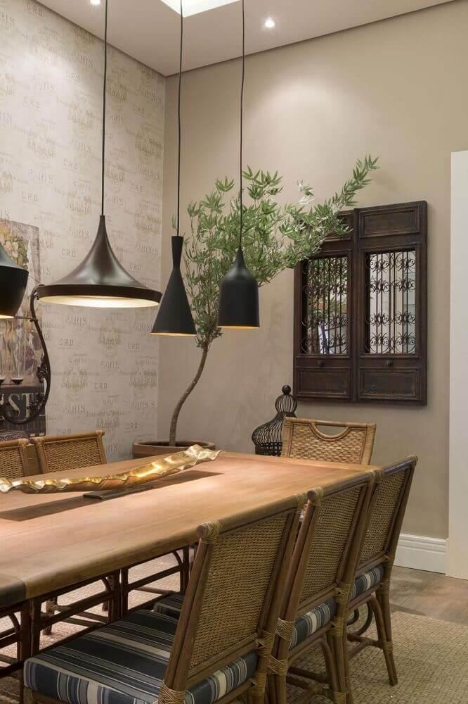 sala de jantar na cor bege com mesa de madeira e pendentes modernos