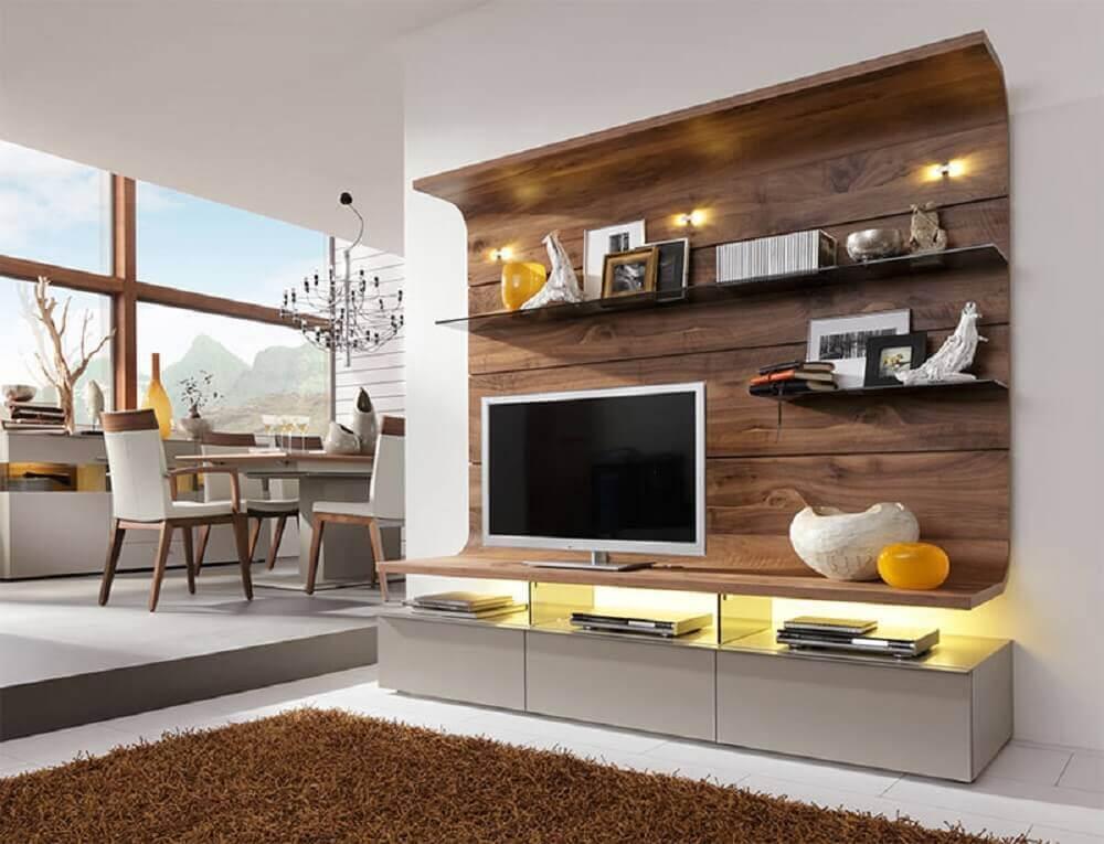 sala decorada com painel de TV de madeira