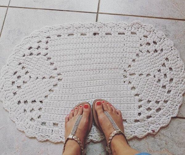 Utilize o tapete de crochê oval em locais com piso frio