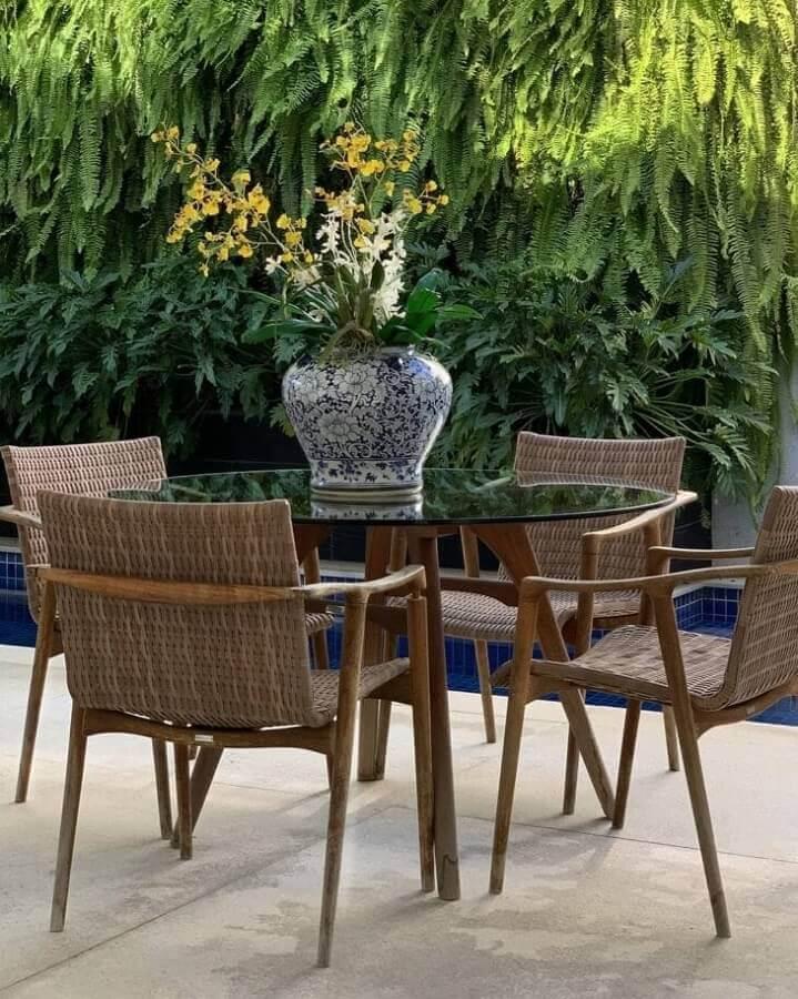 varanda decorada com mesa de jantar redonda de vidro Foto Studio Teston