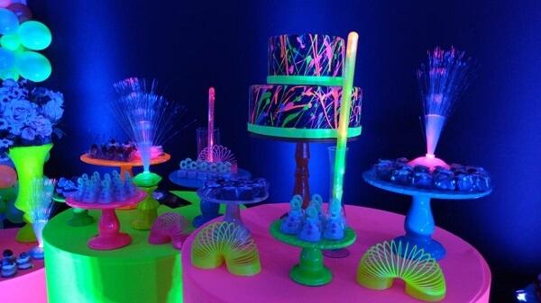 Festa neon com bolo dois andares