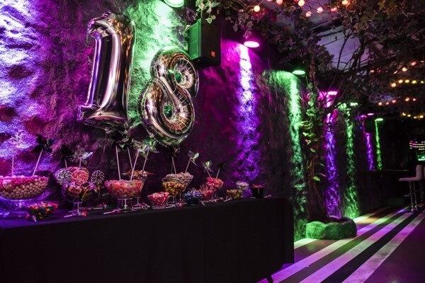 A festa neon é tema do aniversário de 18 anos