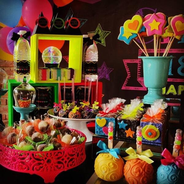 Espalhe guloseimas por toda a mesa da festa neon