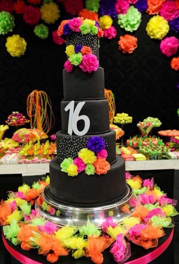 Bolo fake com flores coloridas para a festa neon
