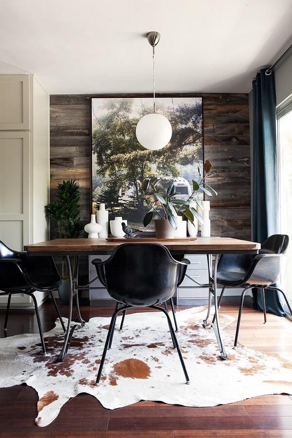 A mesa para sala de jantar segue a decoração rústica