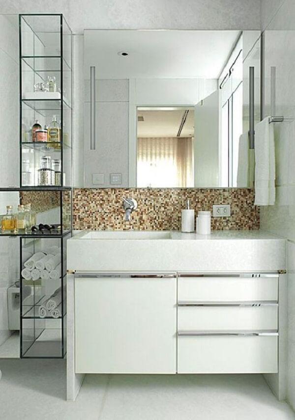 A prateleira de vidro se encaixa perfeitamente no banheiro
