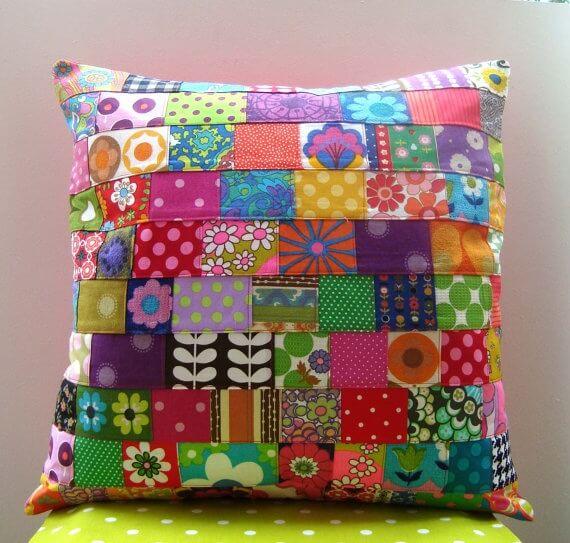 Almofada colorida com várias estampas de patchwork Foto de Ab Obchod