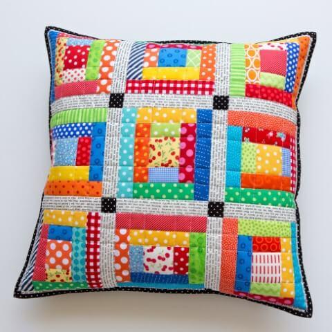 Almofada com cores vibrantes de patchwork Foto de Lauri Nananews