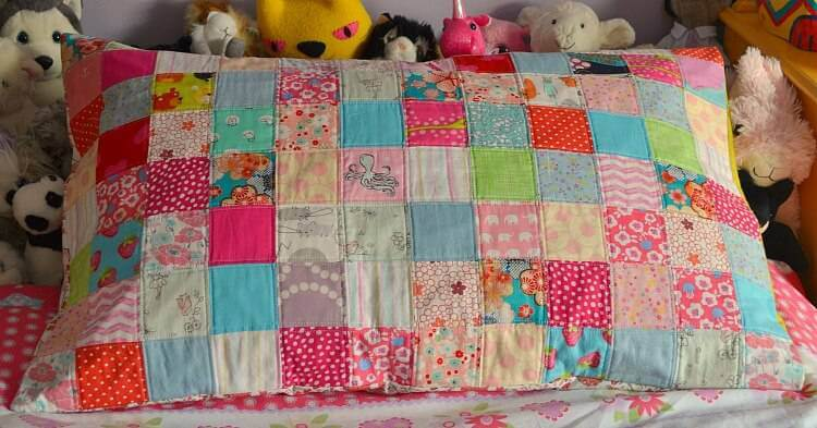 Almofada comprida de patchwork infantil