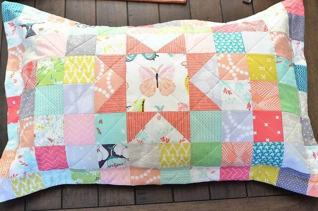 Almofada de patchwork com estampa de borboleta