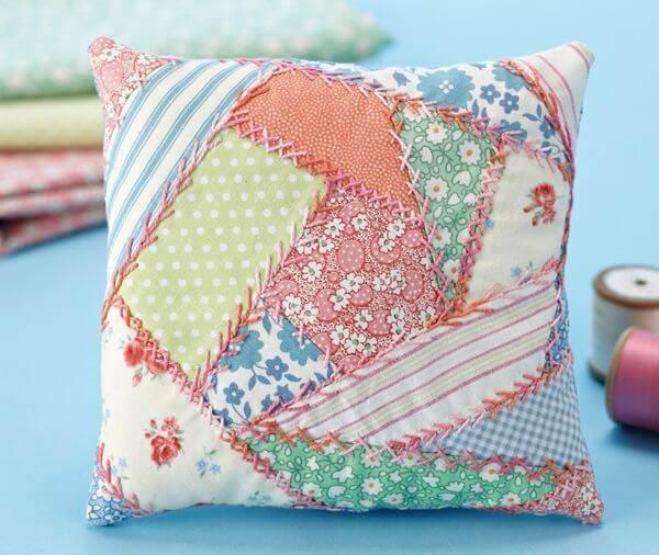 Almofada de patchwork em tons claros e costura diferente