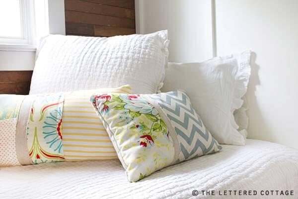 Almofadas de patchwork em quarto branco