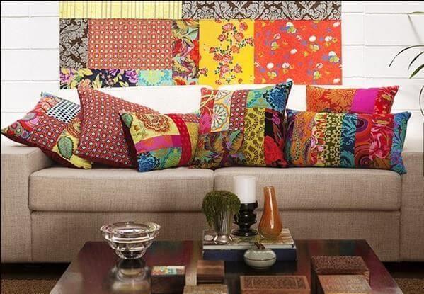 Almofadas de patchwork em sofá