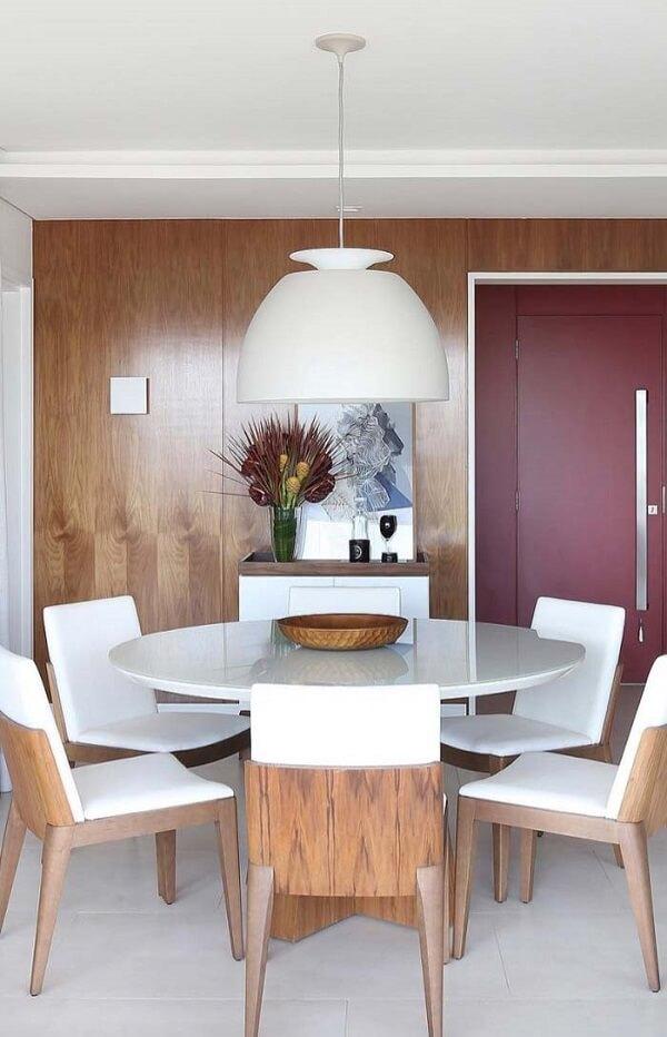Ambiente compacto com mesa para sala de jantar em formato redondo