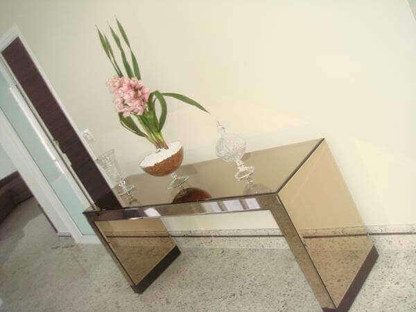 Aparador espelhado bronze para entrada de condomínio