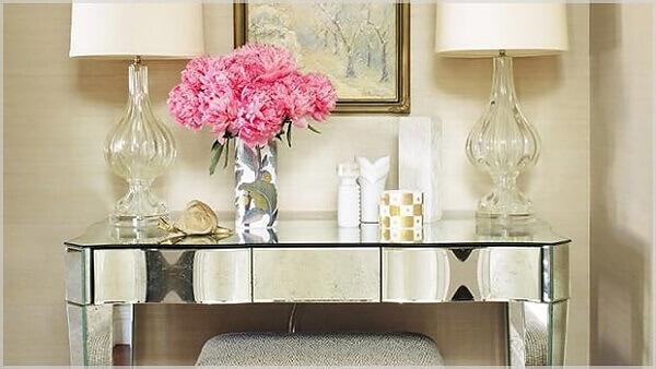 Aparador espelhado com vaso de flor