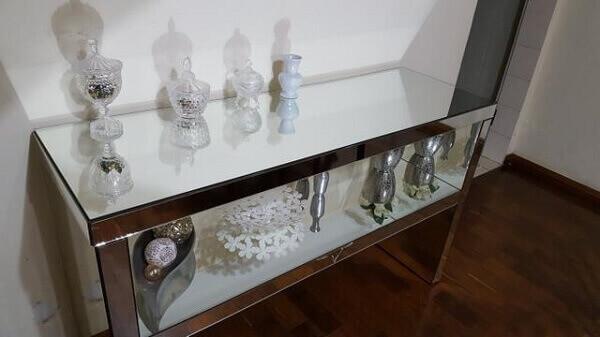 Aparador espelhado em apartamento