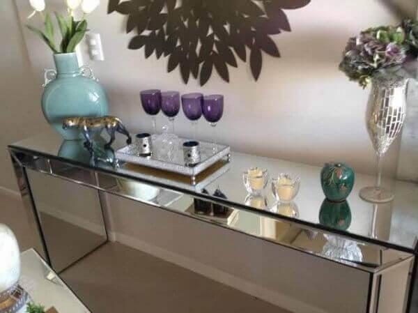 Aparador espelhado em canto de sala